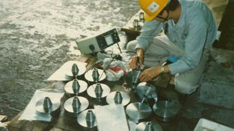 赤萩フランジ 伊賀工場 超音波検査の様子